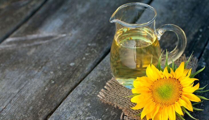 100 Gramm Sonnenblumenöl enthalten rekordverdächtige 63 Milligramm Milligramm Vitamin E. Ein Esslöffel liefert ganze 7,6 Milligramm des Vitamins