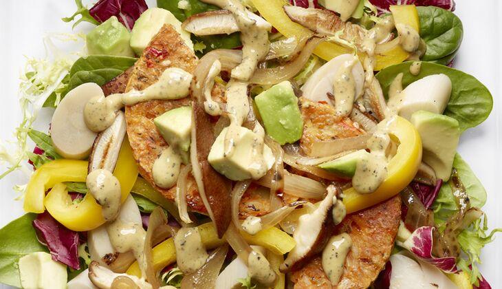 Avocado-Salat mit Tofu-Bratling