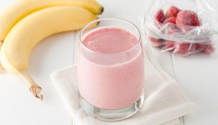 Bananen-Erdbeer-Proteinshake mit Erdnussbutter