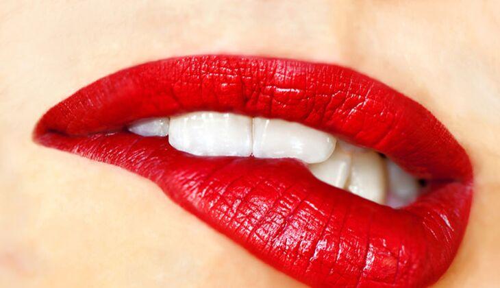 Beauty-Sünde: Lippenstift an den Zähnen