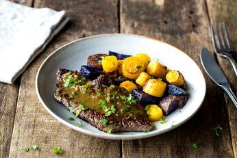 Bistro-Steak mit delikater Kerbel-Schalotten-Soße und Ofengemüse