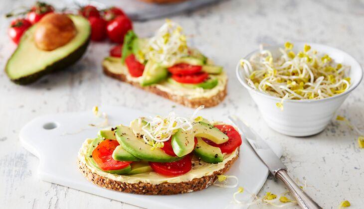 Brot mit Avocado und Tomate