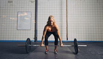 Dass Männer mehr stemmen als Frauen liegt hauptsächlich daran, dass die Muskulatur einen größeren Anteil ihres Körpers ausmacht.