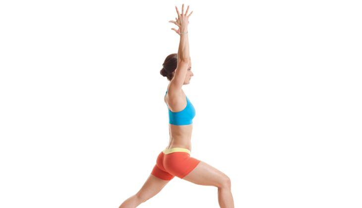 Den Körper entgiften beim Yoga: Krieger I