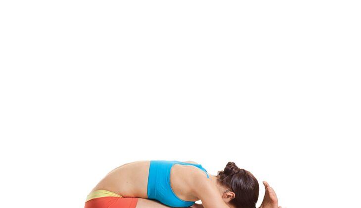 Den Körper entgiften beim Yoga: Vorbeuge im Sitzen