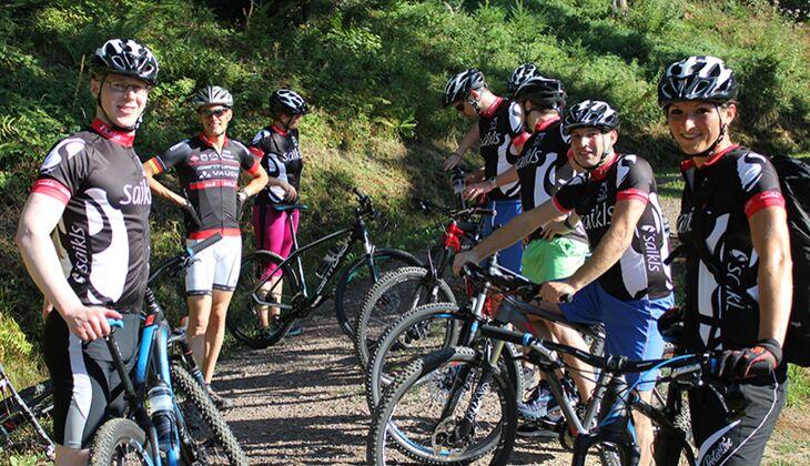 Die Gruppe in ihrer Mountain-Bike-Montur