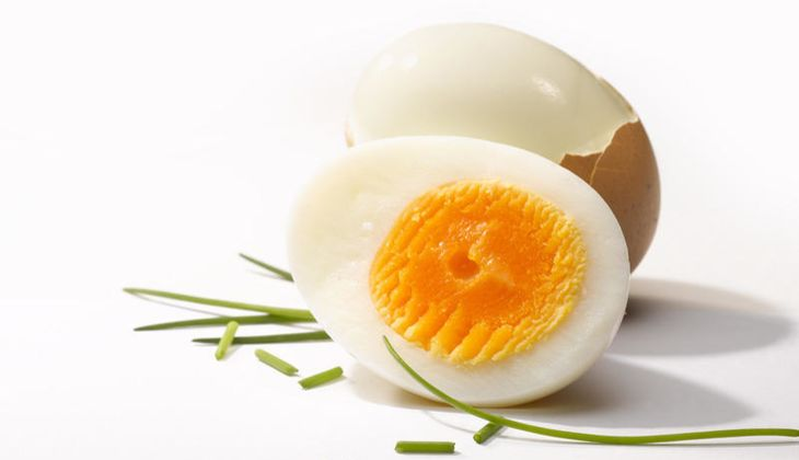 Ein Eigelb allein liefert 10 Mikrogramm Biotin