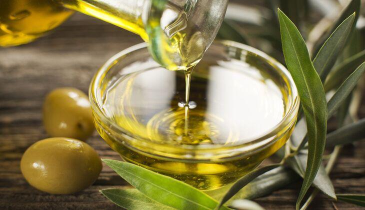 Ein gutes Olivenöl gehört in jede mediterrane Küche