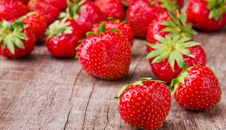 Eine Portion Erdbeeren (100 Gramm) liefert 65 Mikrogramm Folsäure