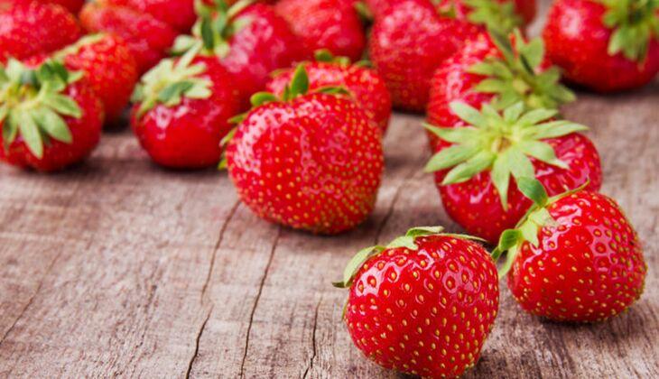 Eine Portion Erdbeeren (150 Gramm) liefert immerhin 6 Mikrogramm Biotin
