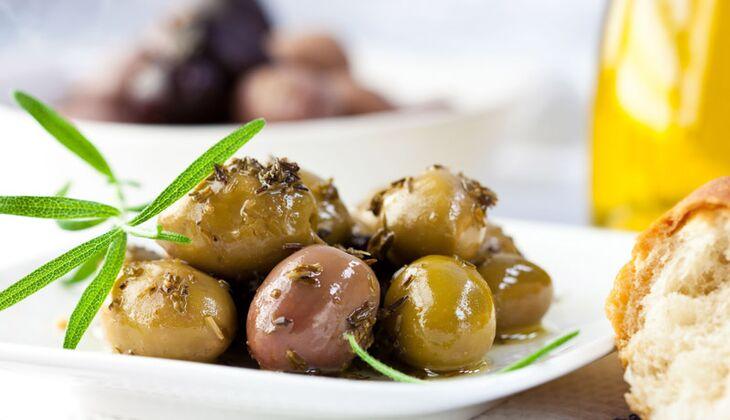 Eingelegte Oliven in Zitrus-Honig-Marinade