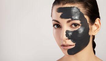 Frau mit Gesichtsmaske gegen Mitesser