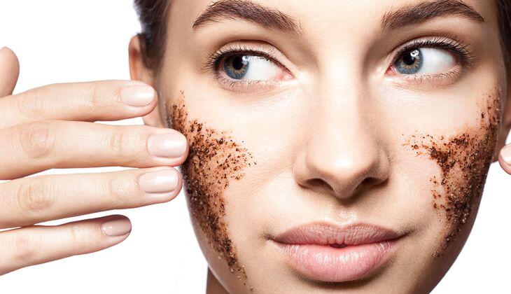 Frau verwendet Peeling für das Gesicht