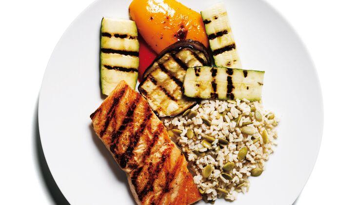 Gegrillter Lachs mit Reis und Gemüse