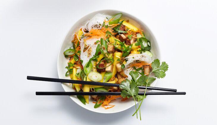 Glasnudel-Salat mit Räuchertofu
