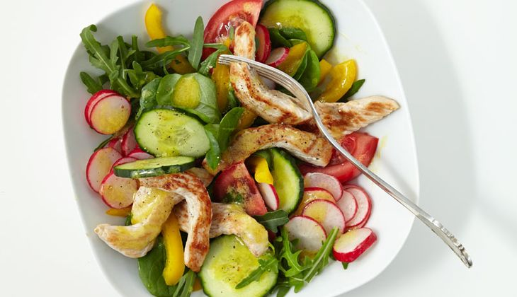 Grüner Salat mit Putenbrust