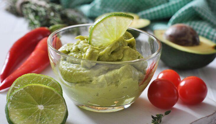 Guacamole schmeckt lecker zu Hähnchenfleisch