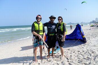 Kitesurfer und Trainer Dzevat Durgut (Mitte) in Thailand