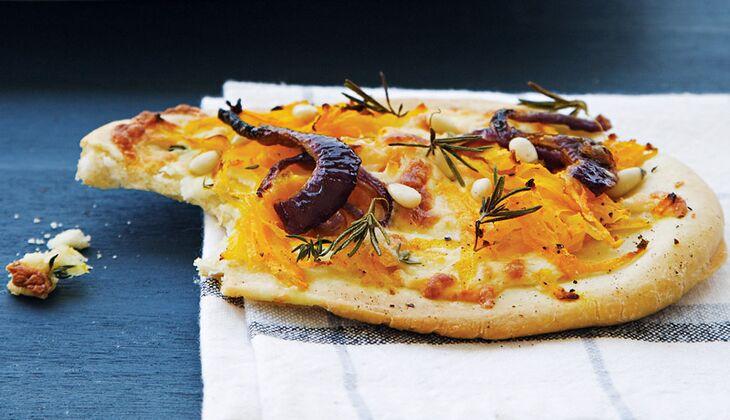 Kürbispizza mit Feta und Pinienkernen
