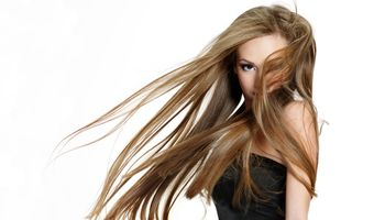 Lange, gepflegte Haare müssen kein Traum bleiben: Eine Haarverlängerung macht´s möglich