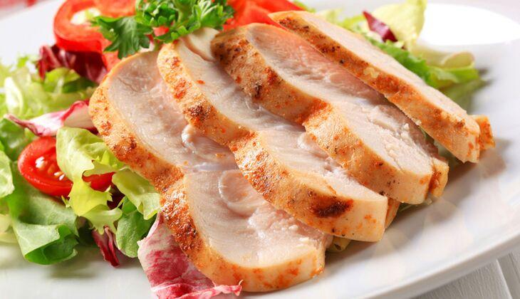 Low Carb-Salat mit Putenbrust an Honig-Senf-Dressing