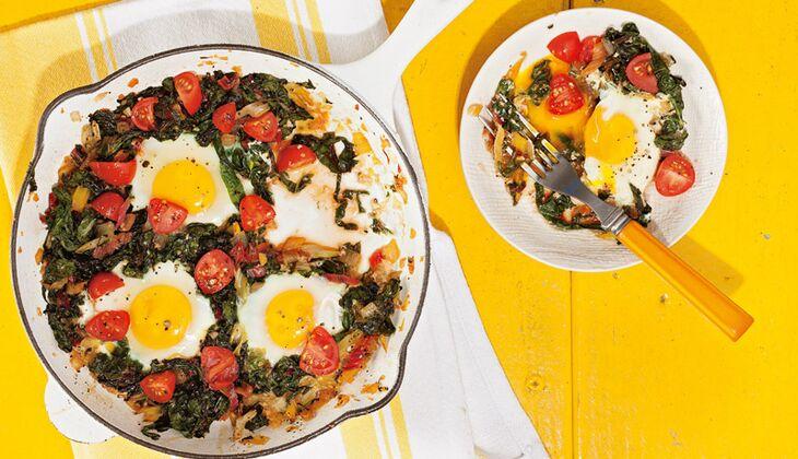 Mangold-Pfanne mit Ei, Zwiebeln und Tomaten