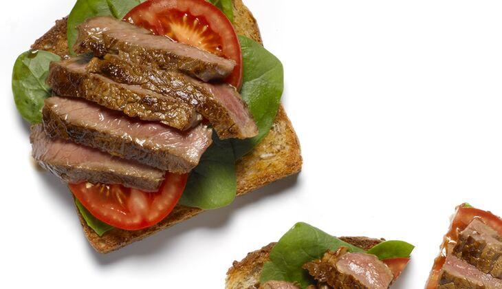 Mariniertes Rindfleisch auf Spinat-Tomaten-Toast