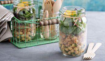 Meal Prep Salat in Gläsern