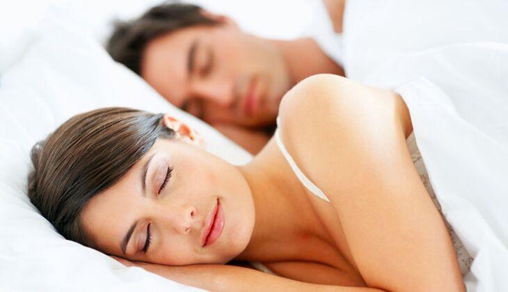 Mit dem Partner im Bett schläft man oft besser