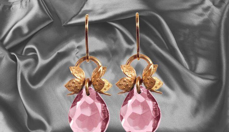 Ohrhänger mit Glasstein von Doll Up Sisters, zirka 39 Euro