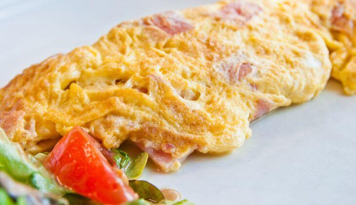 Omelette mit Käse und Pute