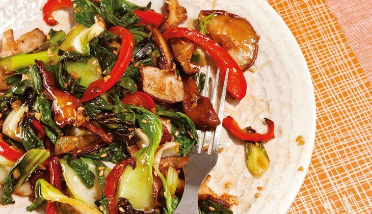 Pfannengerührter Pak Choi mit Shiitake-Pilzen und Paprikastreifen