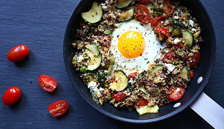 Quinoa-Pfanne mit Ei