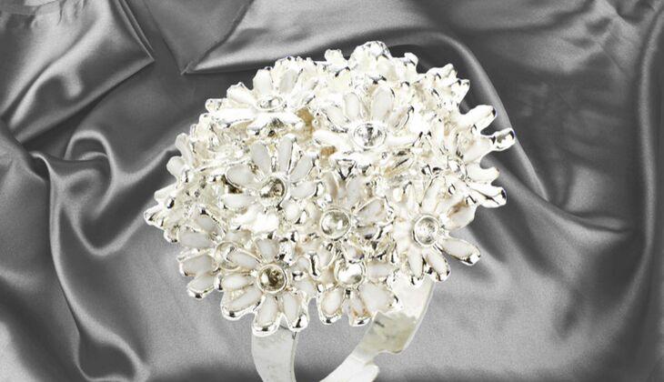 Ring mit opulenten Blütenbesatz von Heine, zirka 15 Euro