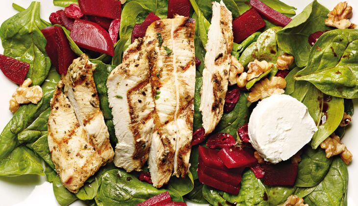 Rote-Bete-Spinat-Salat mit Ziegenkäse und Walnüssen
