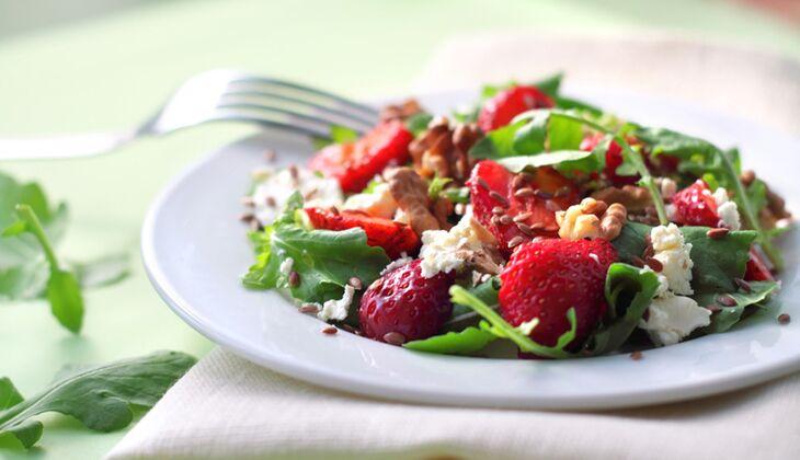 Rucola mit Erdbeeren und Ziegenkäse