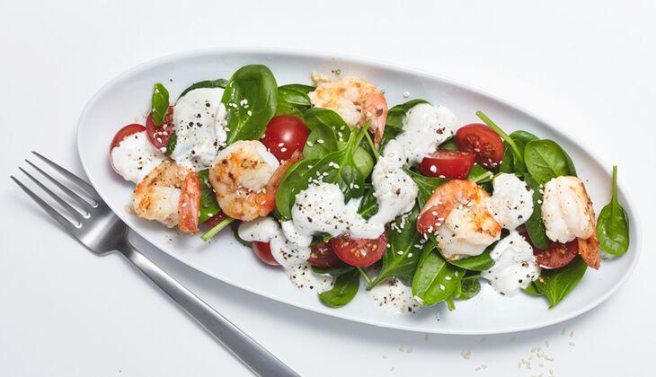Salat mit Garnelen mit Joghurt-Dressing
