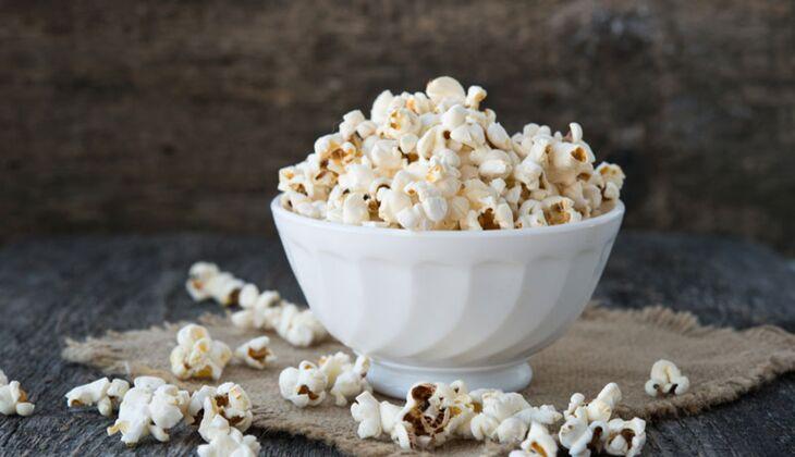 Salziges Popcorn zählt zu kalorienarmen Snacks