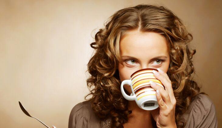 Schöne Haare: Warme Reflexe durch schwarzen Tee