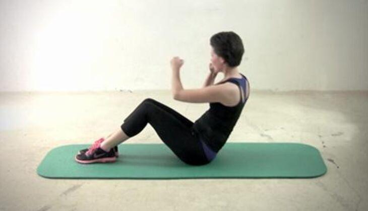 Sexy-Bauch-Workout: Diagonaler Punch-Crunch