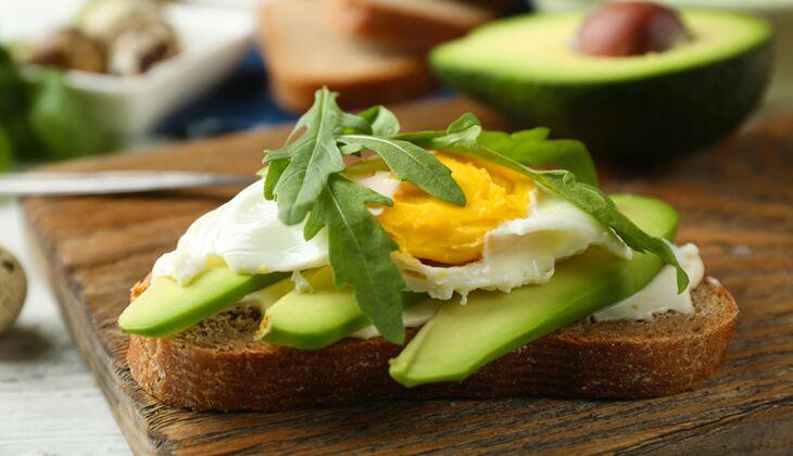 Spiegelei auf Avocado-Brot