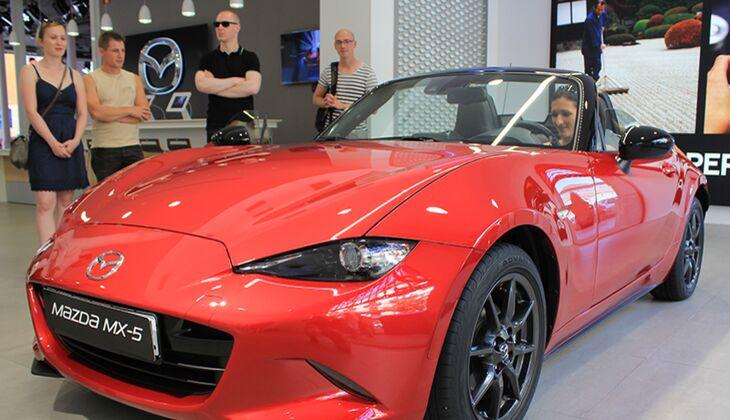 Teilnehmerin Jeanette sitzt Probe im Mazda MX-5