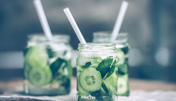 Wasser trinken: Tipp gegen den Blähbauch