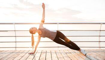 Wer seinen Körper vor dem Laufen dehnen und aufwärmen möchte, sollte es zur Abwechslung einmal mit Yoga probieren