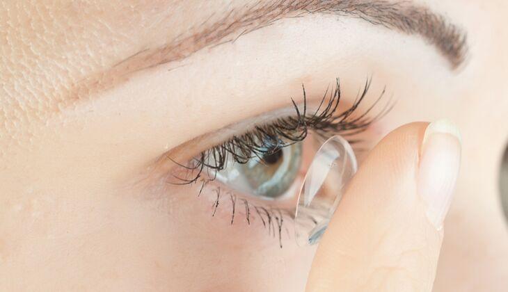 Wissenswertes über Kontaktlinsen: Darf man direkt auf die Kontaklinse fassen, um sie gerade zu rücken?