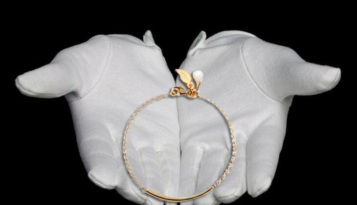 Zartes Armband mit Anhängern von Alles aus Liebe by Milla K., zirka 80 Euro