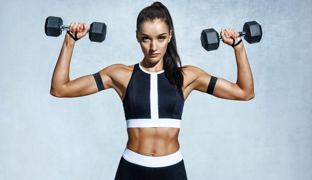 Beim Hanteltraining werden viele Muskeln gleichzeitig trainiert.